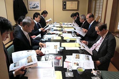 吉田会頭に今年度事業報告を行った