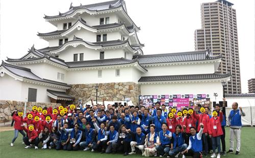 尼崎城をバックに全員で記念撮影
